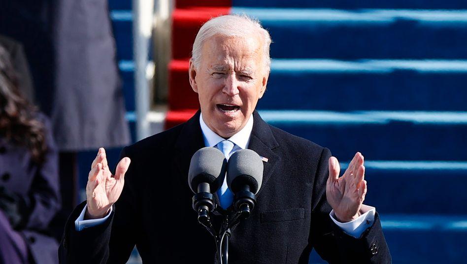 Joe Biden während seiner Antrittsrede. An gleicher Stelle hatte Donald Trump vor vier Jahren das düstere Bild eines Amerika am Rand des Abstiegs gezeichnet; Biden skizzierte sein Programm der nationalen Versöhnung