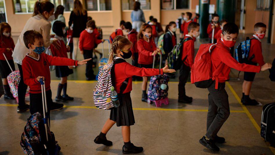 """""""Wir schicken die Kinder doch nicht in Risikogebiete"""": Schulkinder am ersten Tag nach monatelanger Schließung in Pamplona"""