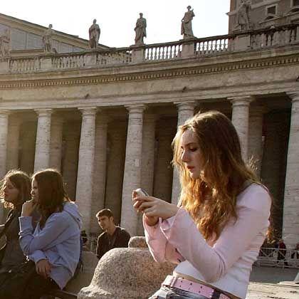Handynutzerin auf dem Petersplatz: Zugriff auf intimste Gespräche und privateste Daten der Bürger