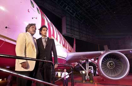 Vijay Mallya und Sohn Sidhartha auf Flugzeug-Treppe in Bombay: Prominente Investoren aus dem Westen