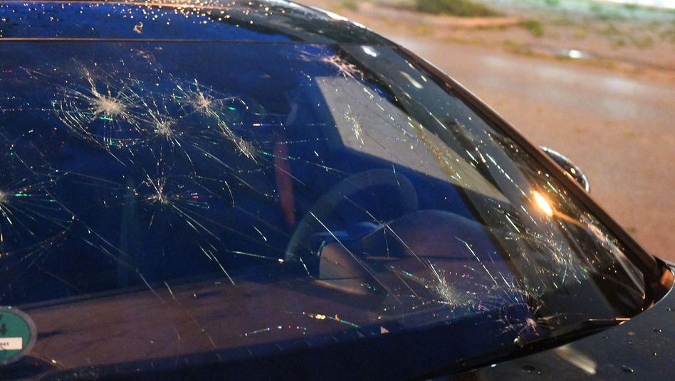Eine durch Hagel beschädigte Autoscheibe