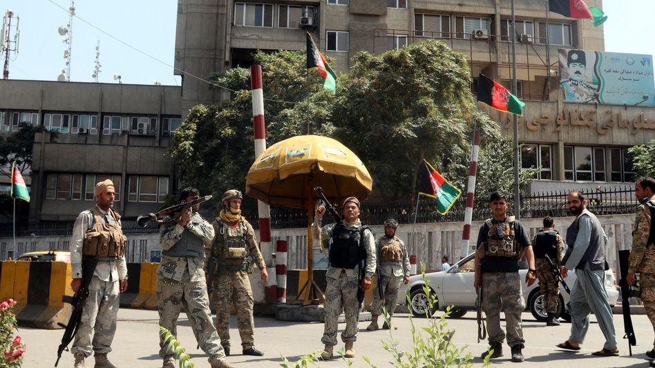Afghanische Sicherheitskräfte stehen an einem Kontrollpunkt in Kabul, bevor die Taliban die Stadt einnehmen