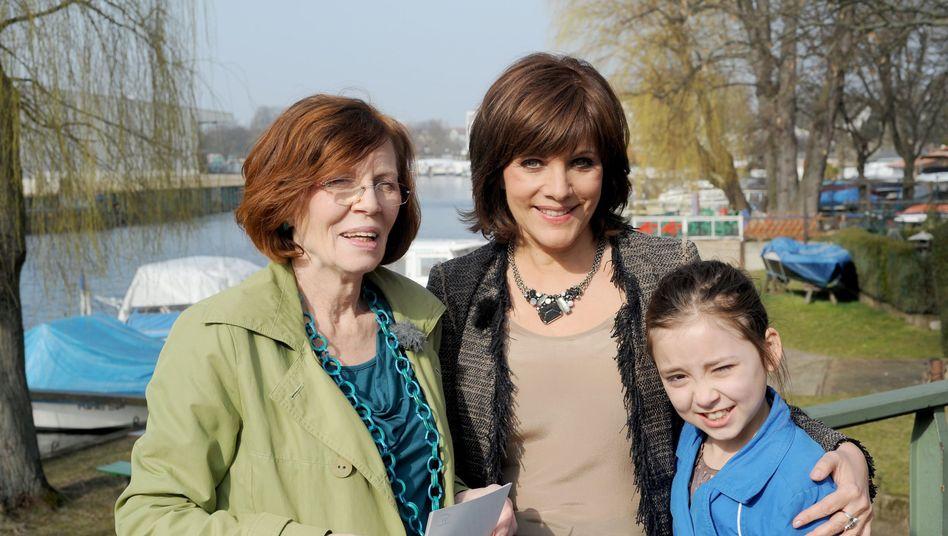 Annegret R. (links) mit RTL-Moderatorin Birgit Schrowange (Mitte) und einem ihrer Kinder: Schwanger mit 65