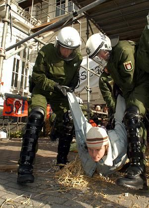 Abgeräumt (am Dienstag): Die Hamburger Polizeitradition gebietet herzhaftes Zugreifen