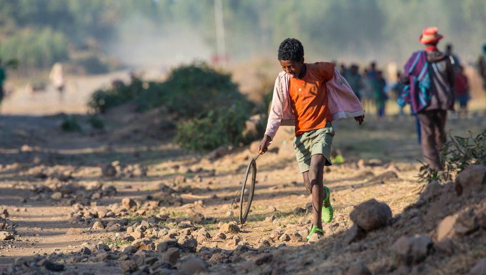 Kind in Äthiopien: In Afrika südlich der Sahara ist jedes zweite Kind von Armut betroffen - mit gravierenden Auswirkungen auf die Bildungschancen
