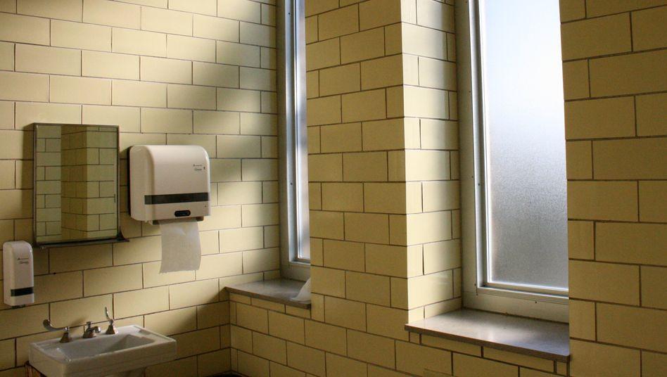 Lernen unter prekären Bedingungen: Eine normale deutsche Schultoilette im Jahr 2020