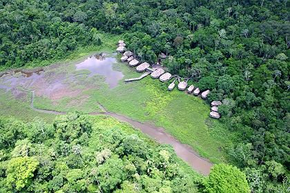 Kapawi-Lodge (Luftbild): Häuser und Hütten wurden in traditionellem Stil gebaut