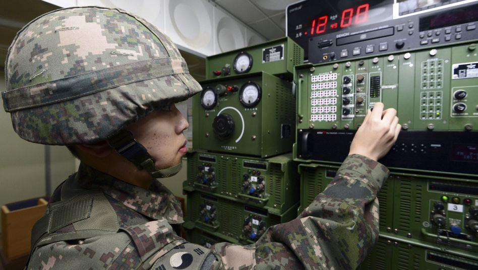 Soldat bei den Vorbereitungen für die Propaganda-Botschaften: Gezielte Provokation