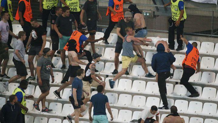 Randale beim Spiel England-Russland: Massenschlägerei in Marseille