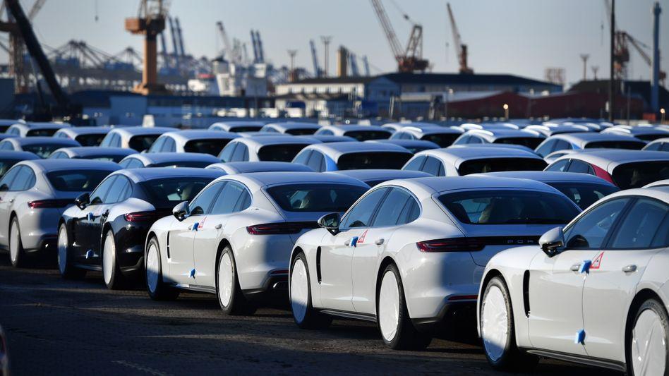 Neuwagen stehen in Bremerhaven zum Export bereit