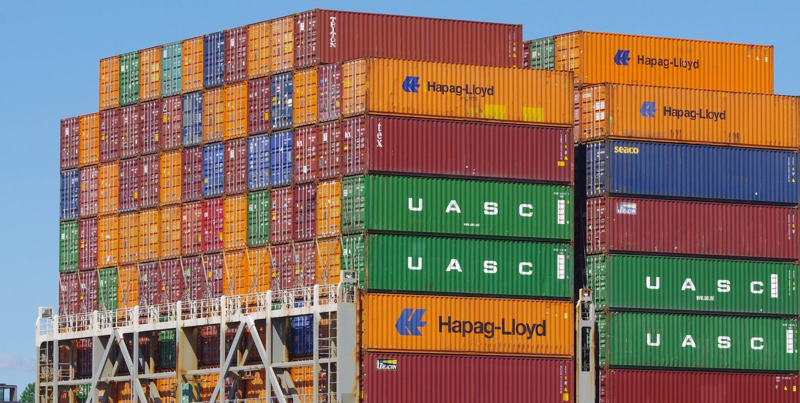 Im- und Export: Container an Deck eines Frachters, der in den Hamburger Hafen einläuft. *** In and export container on