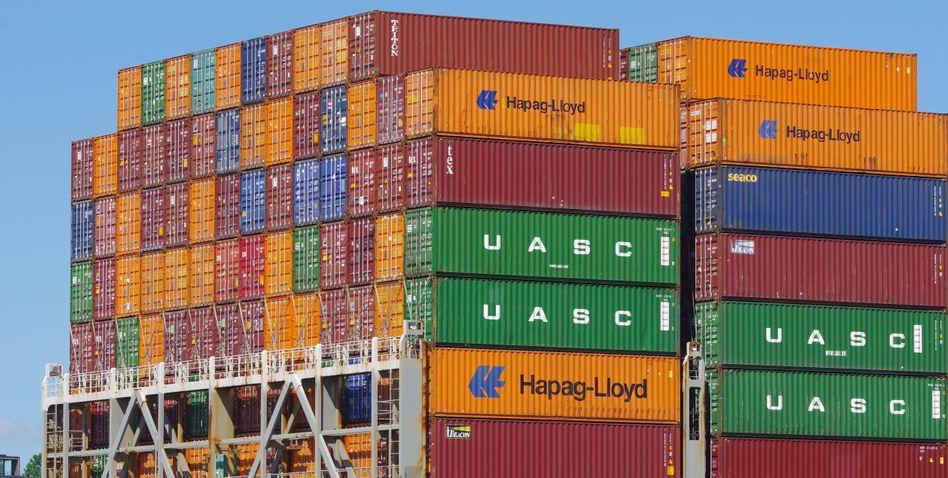 """Container an Bord eines Frachters im Hamburger Hafen: """"Die deutsche Industrie arbeitet sich aus dem Keller"""""""