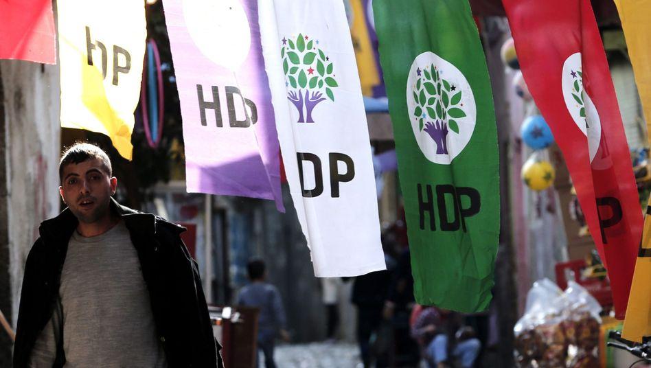 Fahnen der prokurdischen Oppositionspartei HDP