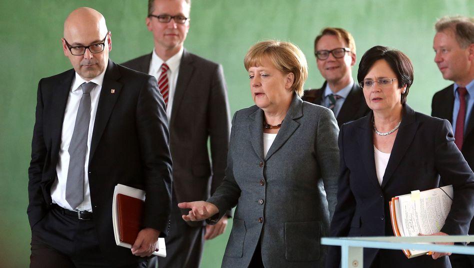 Kanzlerin Merkel (M.) mit Albig (l.) und Lieberknecht (zweite v. r.): An einem Strang ziehen