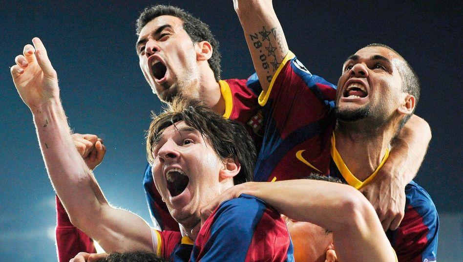 Barcelona-Star Messi, Mitspieler Busquets, Alves beim Champions-League-Halbfinale in Madrid am 27. April: Attentat auf Mourinhos Abwehr