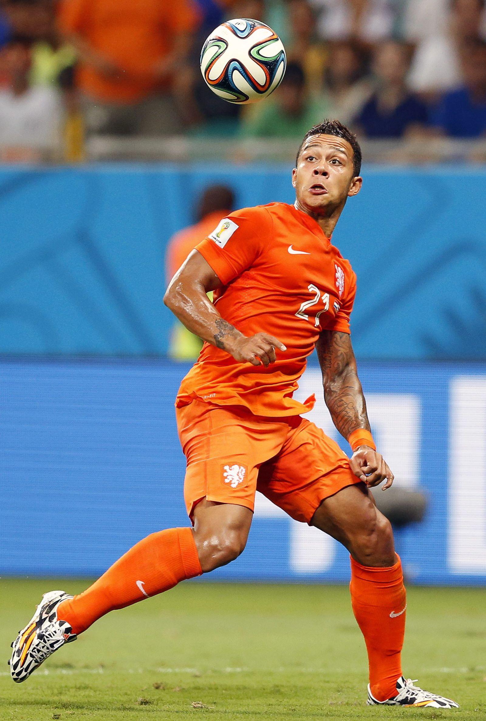 Manchester United sign Dutch forward Memphis Depay