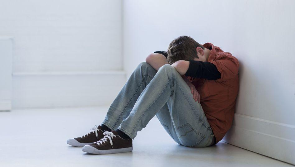 Jugendlicher: Etwa jeder zwölfte Junge gab in einer Befragung an, sich schon selbst verletzt zu haben