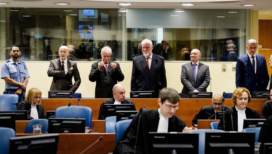 Letztes Urteil am ICTY: Der Verhandlungstag endet mit dem Suizid von Slobodan Praljak (Dritter von links).
