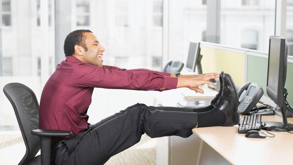 Dehnübungen: Zum Telefonieren aufstehen, ein kurzer Gang durch die Flure - so verhindert man einseitige Belastung am Arbeitsplatz