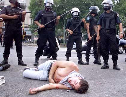 Ein Demonstrant weniger: Argentinische Polizisten gingen mit aller Härte gegen die Randalierer vor. Der auf der Straße liegende Mann ist einer von Hunderten Verletzten und Tausenden Festgenommenen