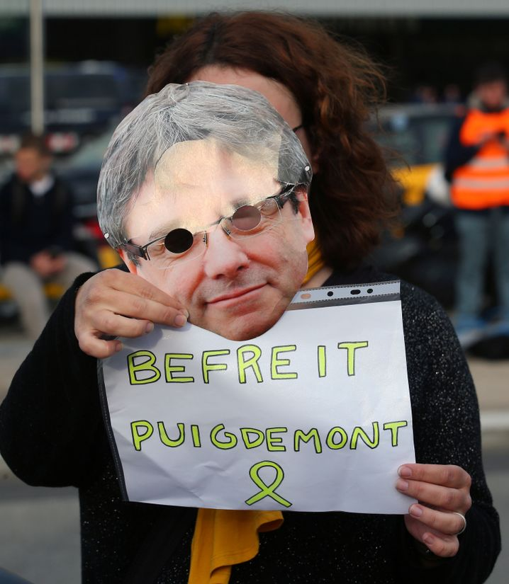 Demonstrantin mit Puigdemont-Maske in Barcelona