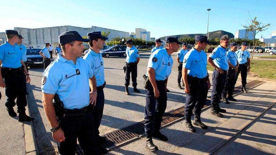 Atomanlage im französischen Marcoule: Nach der Explosion sichern Gendarme das Gelände