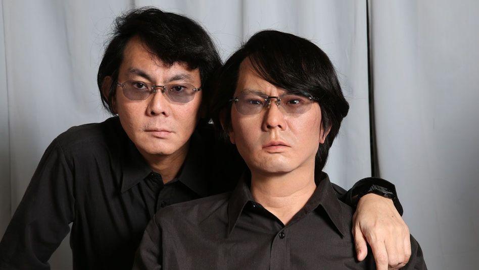 Hiroshi Ishiguro (links) mit seiner Roboter-Kopie (rechts) - oder ist es andersrum?