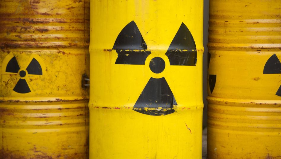 Tonnen mit Radioaktiv-Zeichen (bei Greenpeace-Protest): Neues Endlager bis 2031