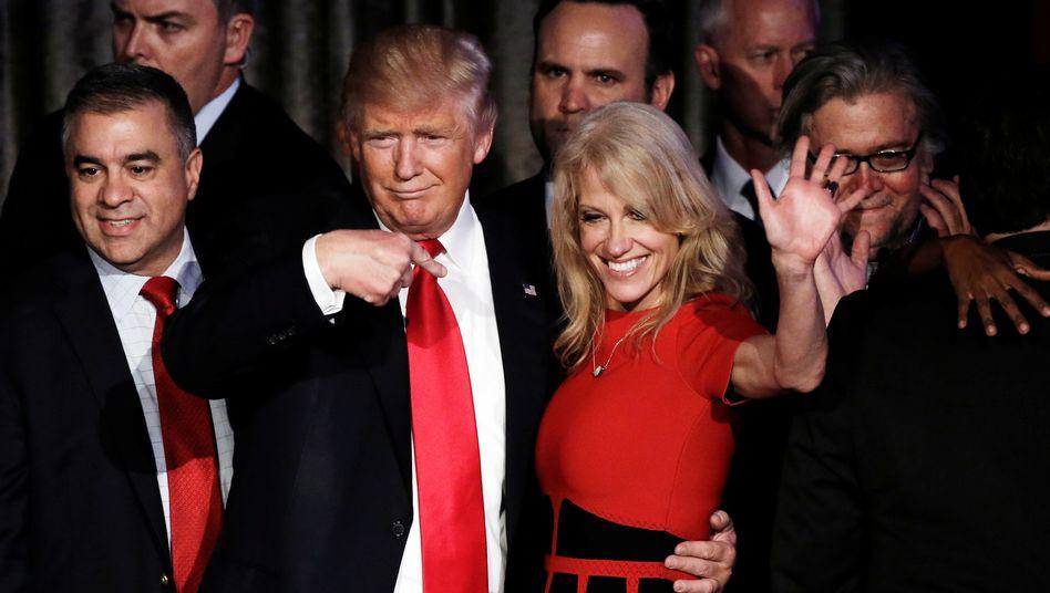 Kellyanne Conway an der Seite von Donald Trump kurz nach seiner Wahl zum Präsidenten im November 2016