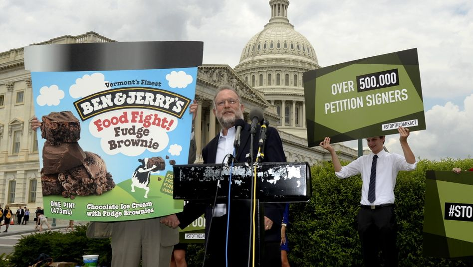 Jerry Greenfield, Mitgründer der Eiscreme-Marke Ben & Jerry's, bei einer Pressekonferenz gegen genetisch veränderte Zutaten in Lebensmitteln (Archivbild)