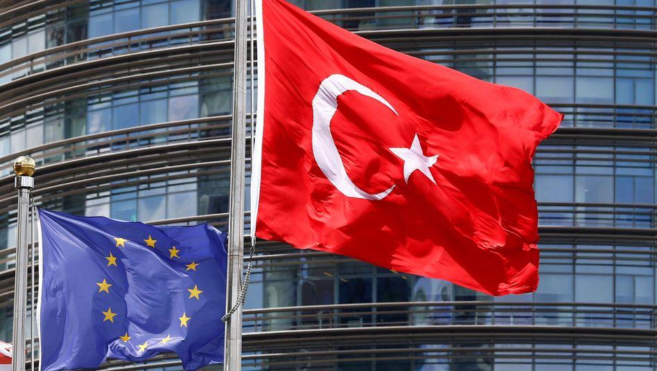 Flaggen der EU und Türkei