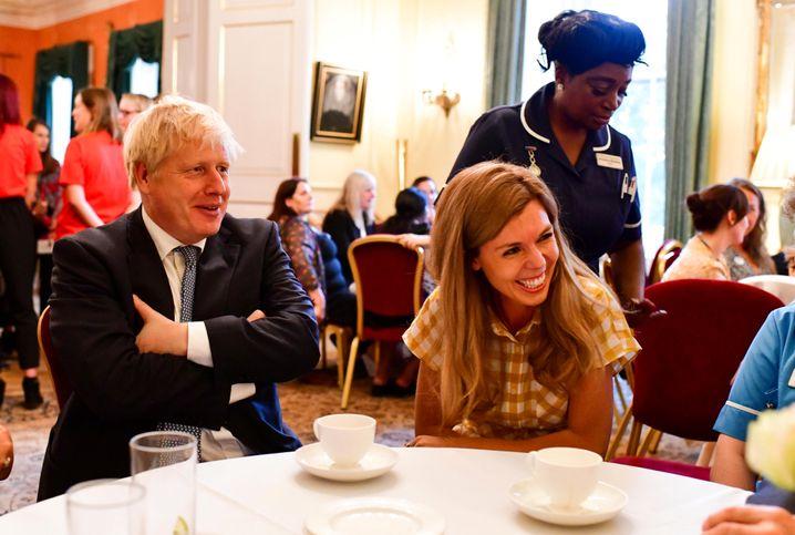 Boris Johnson neben seiner Lebensgefährtin Carrie Symonds mit Angestellten der 10 Downing Street in London