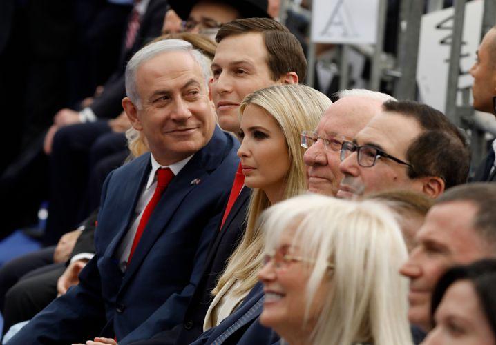 Ivanka Trump und Jared Kushner neben Israels Premier Netanyahu bei der Eröffnung der US-Botschaft in Jerusalem: Bruch mit der US-Außenpolitik