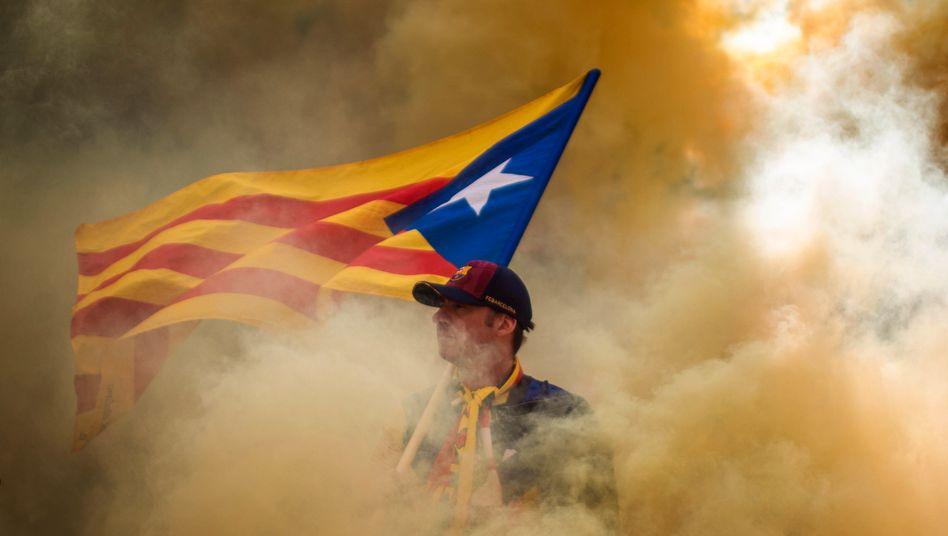 Demonstrant mit der Flagge der katalanischen Unabhängigkeitsbefürworter