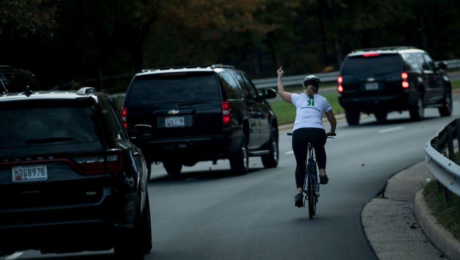 Radfahrerin Juli Briskman zeigte der Autokolonne von Donald Trump den Mittelfinger