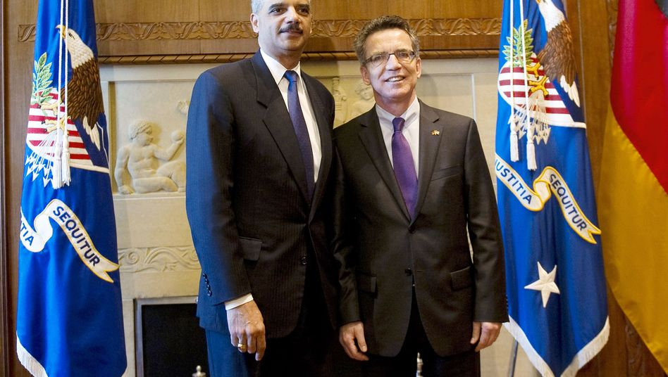 Innenminister de Maizière (r.) mit US-Justizminister Holder: Swift zügig umgesetzen