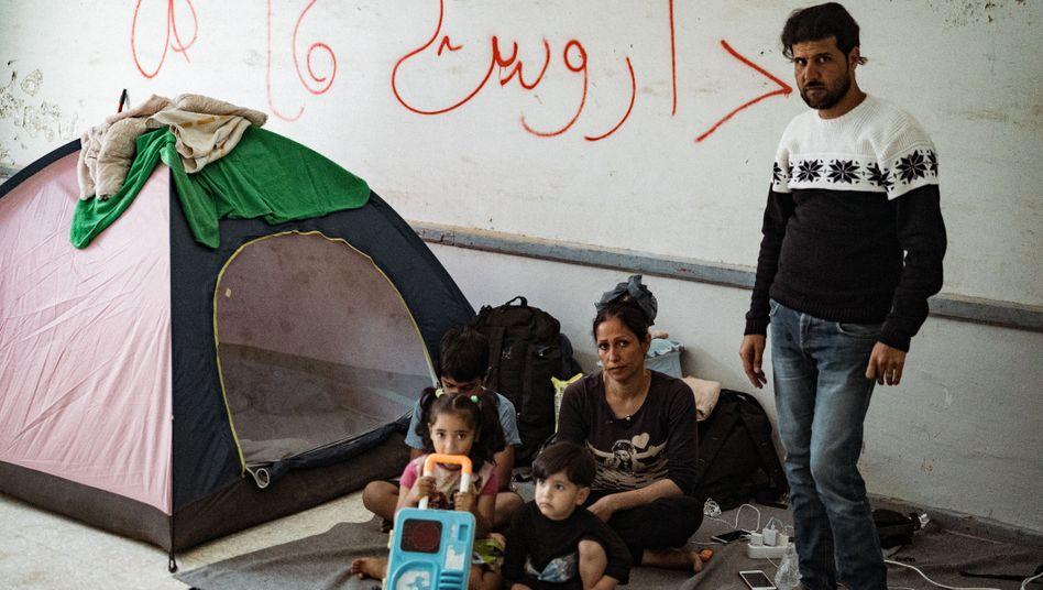 """""""Was kann ich tun?"""", fragt der Vater dieser Familie, die seit Wochen auf Leros ausharrt"""