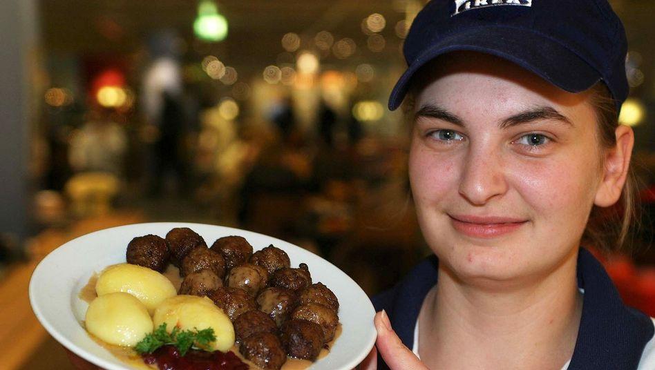 Küchenmitarbeiterin bei Ikea (Archivbild): 760 Kilogramm Fleischbällchen zurückgerufen