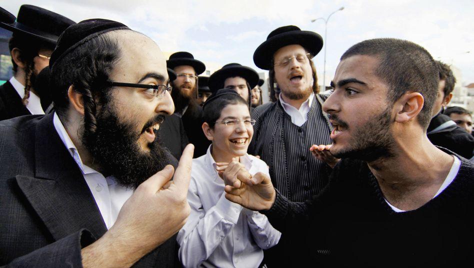 Beit Schemesch: Ein Ultraorthodoxer (links) im Streit mit einem säkularen Israeli