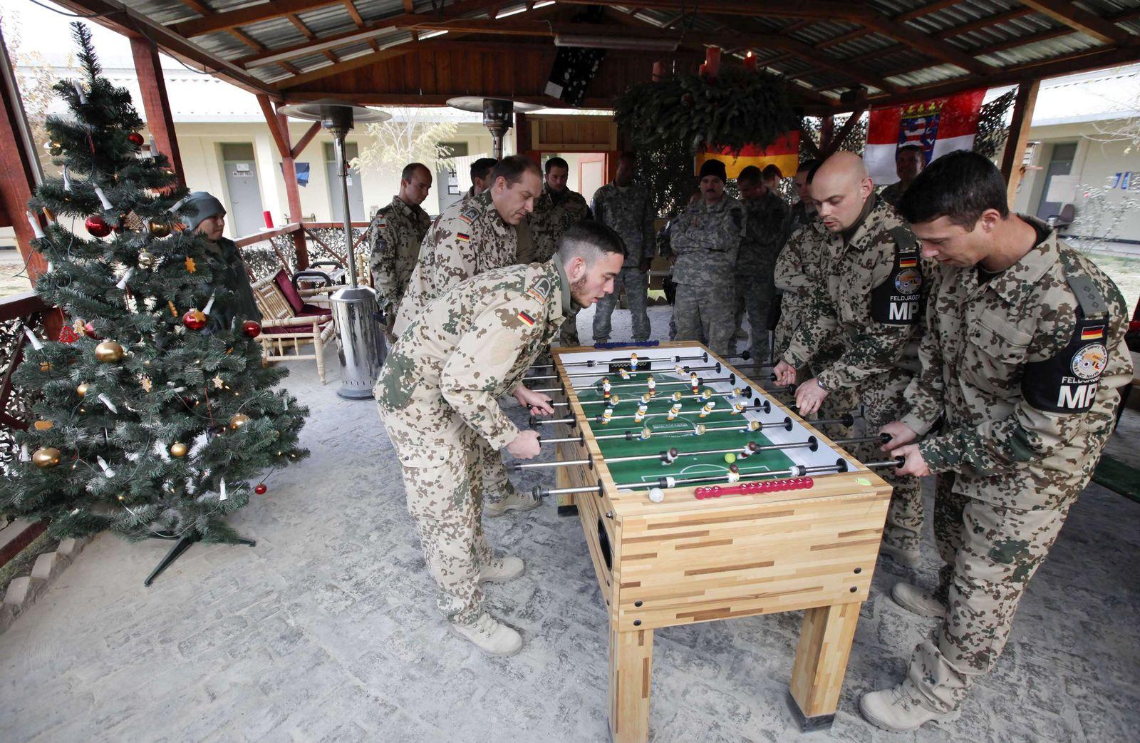 soldaten am kicker in afghanistan
