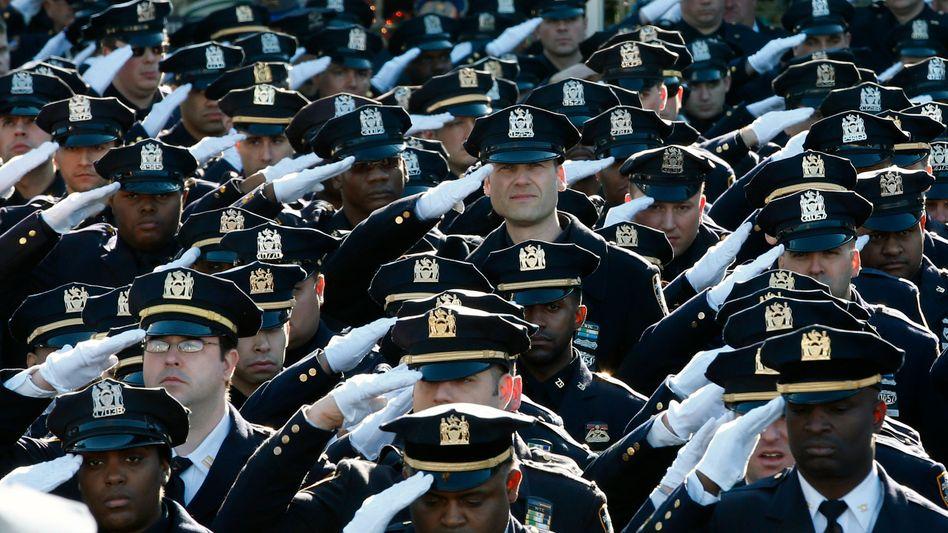 New York: Tausende Polizisten geben getötetem Kollegen letztes Geleit