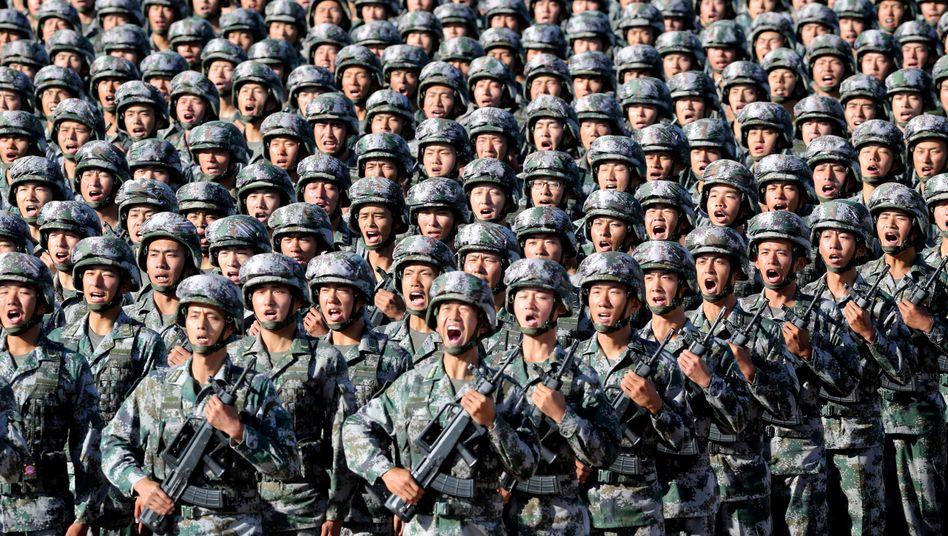Chinesische Soldaten vor einer Militärparade (Archivfoto): Am 1. Oktober begeht China den 70. Gründungstag der Volksrepublik und plant eine große Heerschau auf dem Platz des Himmlischen Friedens in Peking