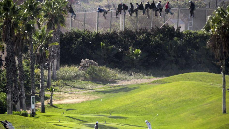 Der Westen grenzt sich ab: Flüchtlinge am Rande eines Golfplatzes in der spanischen Enklave Melilla