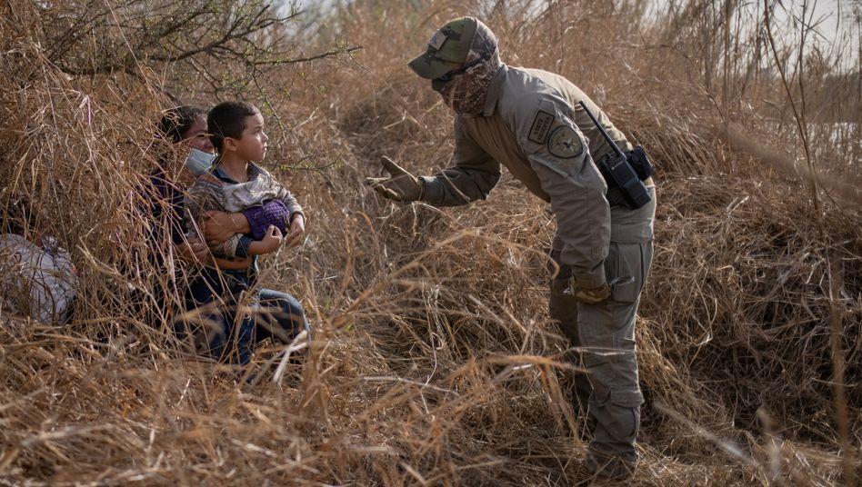 Grenzbeamter und Asylsuchende an der US-mexikanischen Grenze (im März 2021)