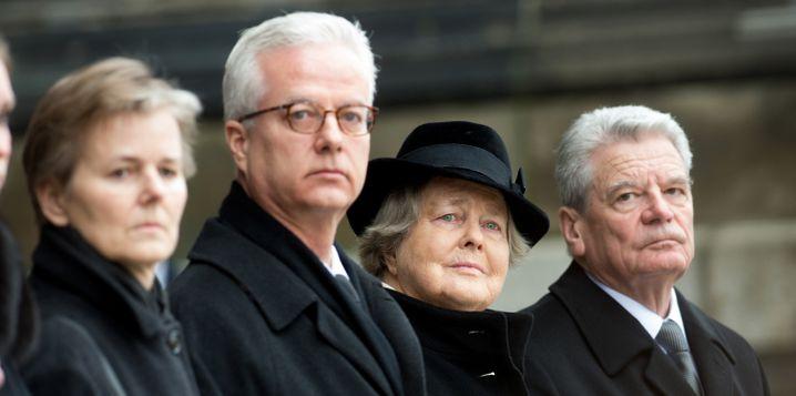 Fritz von Weizsäcker mit seiner Mutter Marianne, seiner Schwester Beatrice (l.) sowie dem damalige Bundespräsident Joachim Gauck (r.) beim Staatsakt für den gestorbenen Bundespräsidenten von Weizsäcker am Berliner Dom
