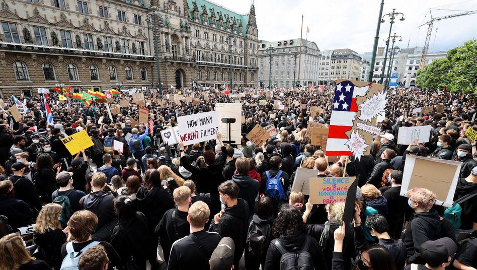 Proteste gegen Rassismus auf dem Hamburger Rathausmarkt: Statt einiger hundert Menschen kamen Tausende