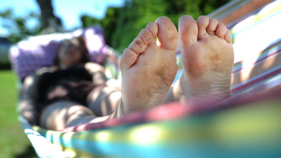 Frau in einer Hängematte: Der Fußsohle entgeht keine Berührung