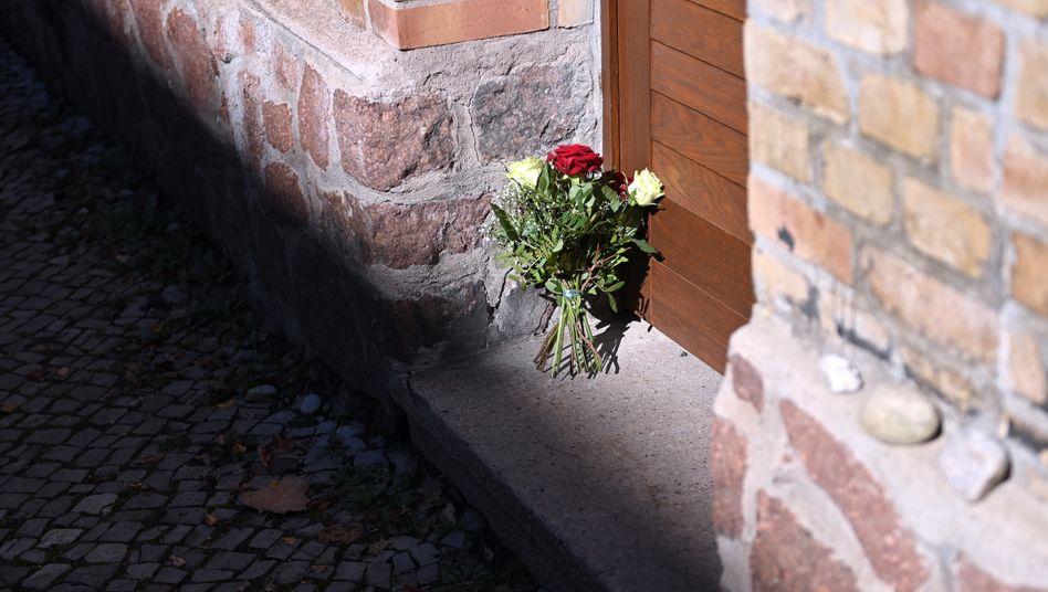 Blumen vor der Synagoge in Halle (Archiv): Der Täter wurde zu einer lebenslangen Freiheitsstrafe verurteilt