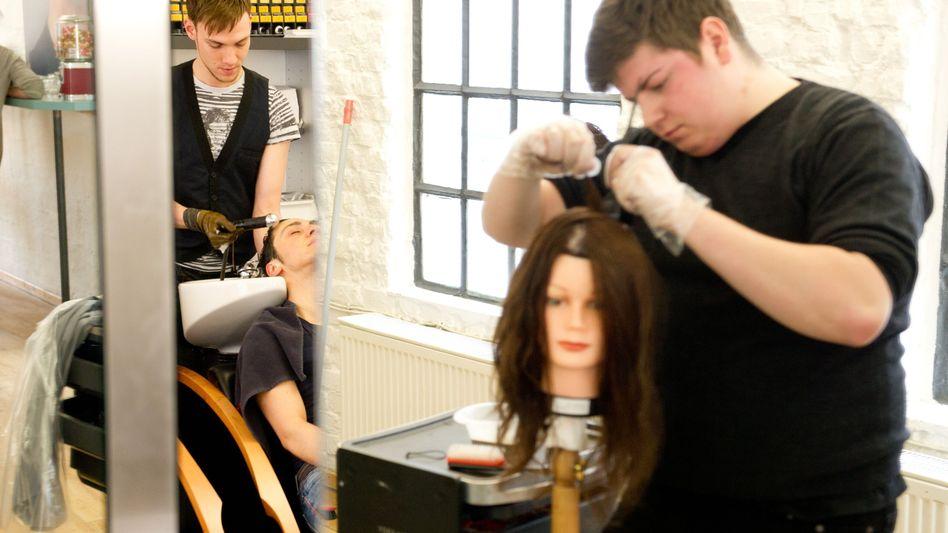 Auszubildende des Friseurhandwerks: Im Osten deutlich weniger Lehrlinge