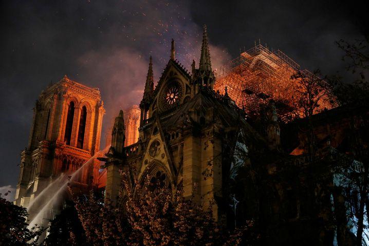 Löscharbeiten an der Notre-Dame: Gegen 23 Uhr war klar, dass zumindest die Haupttürme und die Fassade erhalten werden können